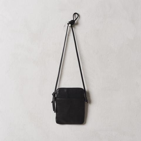 n/a – Yvonne koné large passport bag, buffalo black på tiffany